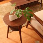 コンパクトだからこそ使いやすい、脚の長いサイドテーブル。